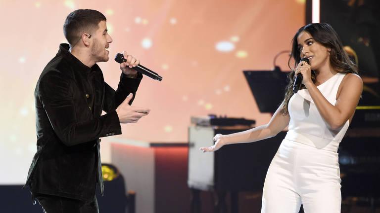 """Nick Jonas e Anitta cantam """"Looking For Paradise"""" no prêmio da Academia Latina de Gravação, """"Pessoa do Ano""""."""