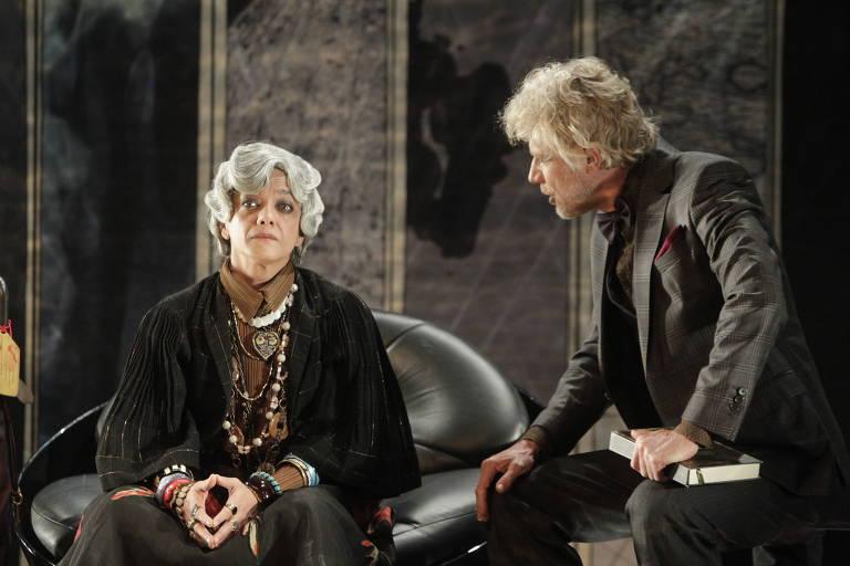 Ana Cecilia Costa (esq) e Marcos Suchara (dir). em cena da peça 'A Tartaruga de Darwin'