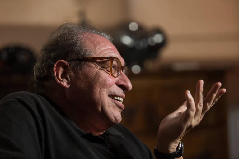 O escritor Ruy Castro em sua resid�ncia, no Rio