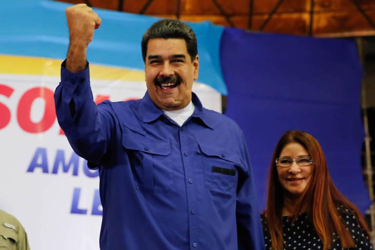 Ao lado da mulher, Cilia Flores, Nicol�s Maduro sa�da seguidores em evento em Maiquet�a