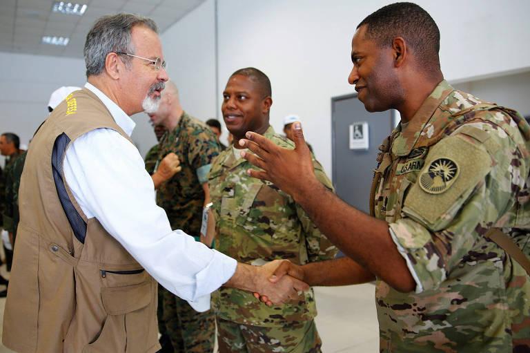 O ministro Raul Jungmann cumprimenta soldado em visita a exercícios militares em Tabatinga