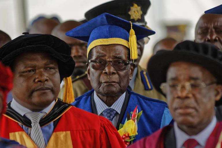O ditador do Zimb�bue, Robert Mugabe (de azul), durante a cerim�nia de formatura em Harare