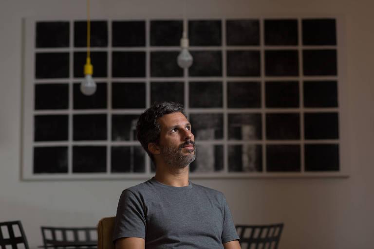 """O escritor Francisco Bosco, autor de """"A Vítima Tem Sempre Razão?"""", em sua residência no Rio de Janeiro"""