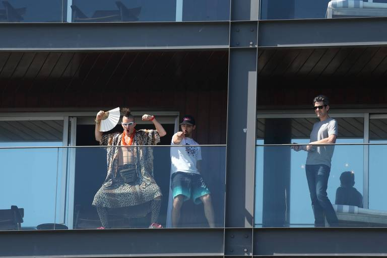 Joe Jonas sensualiza ao lado de Cole Whittle na varanda de hotel no Rio