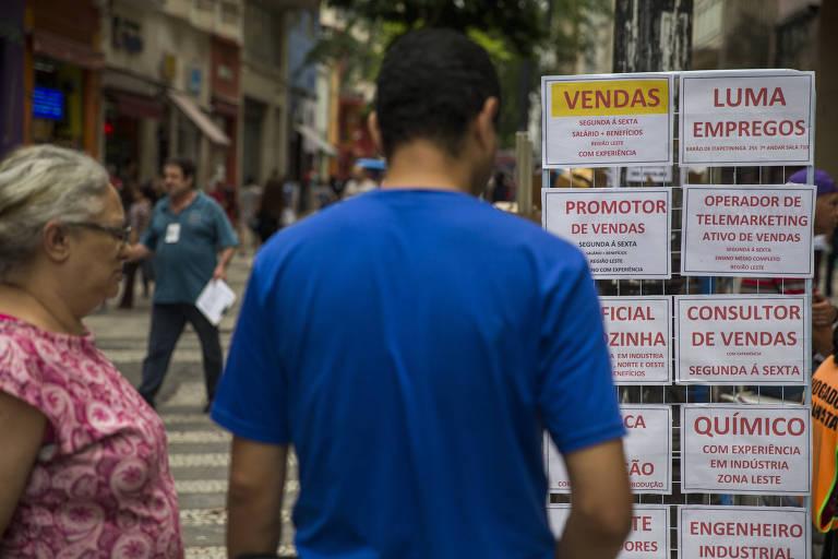 Pessoas procuram emprego no centro de São Paulo
