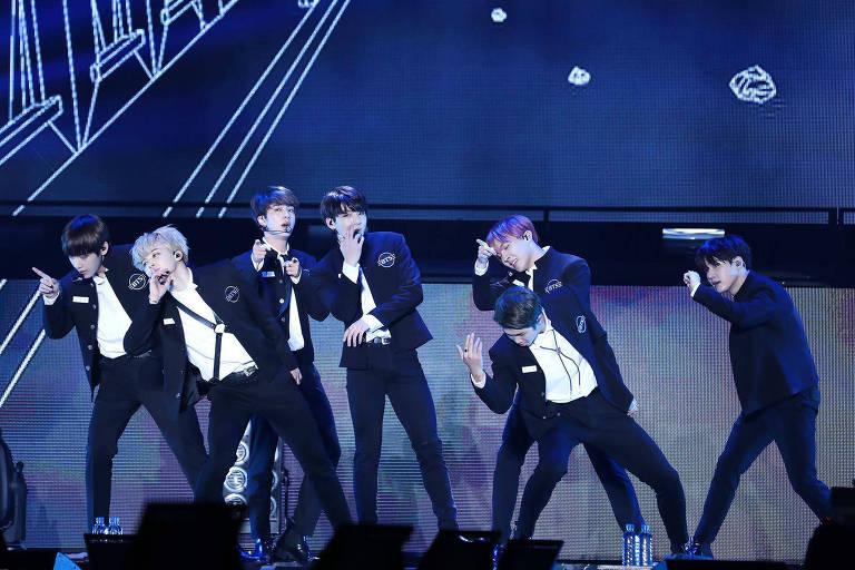 Integrantes do grupo sul-coreano de k-pop BTS durante show - da esq. para a dir.: V, Jimin, Jin, Jungkook, J-Hope (atrás), Rap Monster (à frente) e Suga