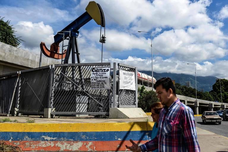 Réplica de bomba de petróleo em praça de Caracas; calote da Venezuela foi gestado há 15 anos