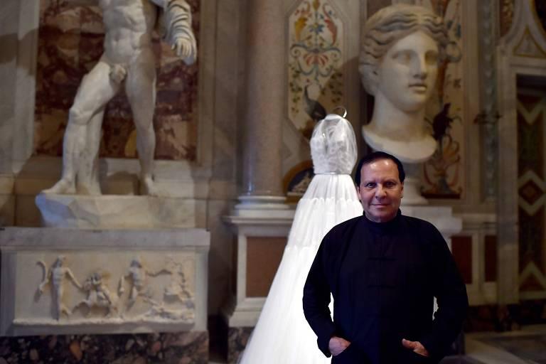 O estilista Azzedine Alaïa, conhecido por seus vestidos atemporais que realçam o corpo feminino
