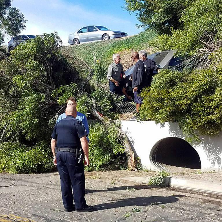 Harrison Ford ajuda a resgatar mulher que saiu da pista em uma rodovia na Califórnia (EUA)