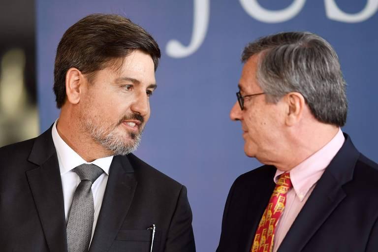 O novo diretor-geral da Polícia Federal, Fernando Segovia (à esq.), conversa com o ministro da Justiça, Torquato Jardim,  durante cerimônia de posse em Brasília