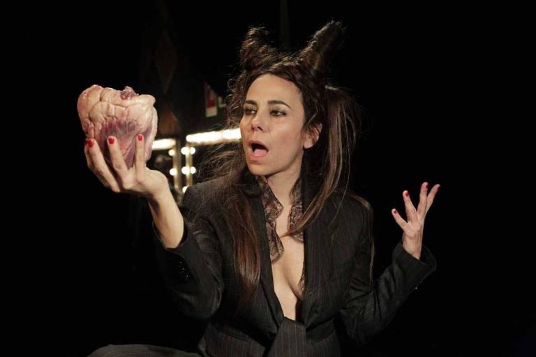 """A atriz Paula Cohen durante apresentação de """"Carne de Mulher"""""""