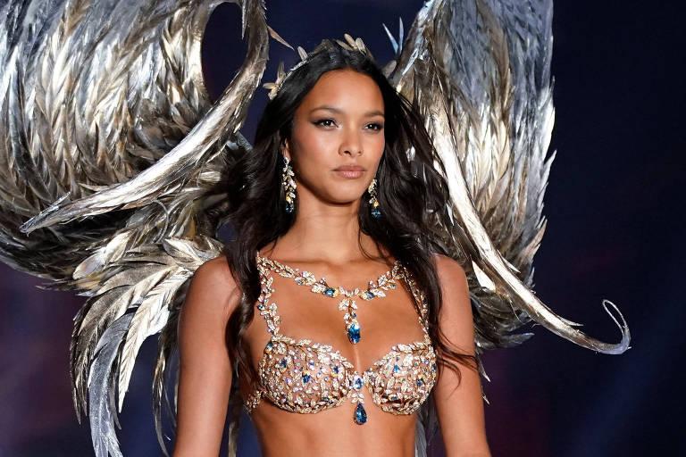 A modelo brasileira Laís Ribeiro desfila com sutiã avaliado em cerca de R$ 6,5 milhões