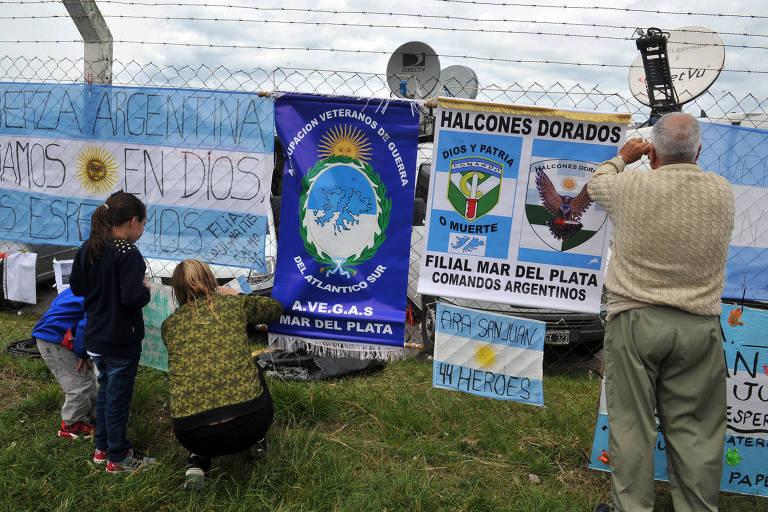 Familiares dos tripulantes do submarino ARA San Juan penduram cartazes de apoio em Mar del Plata