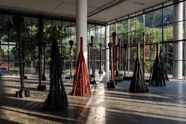 """Esculturas de madeira queimada e pigmentos naturais na obra """"Sem Título (Bailarinas)"""", de Frans Krajcberg, exibida na 32ª Bienal, em 2016"""