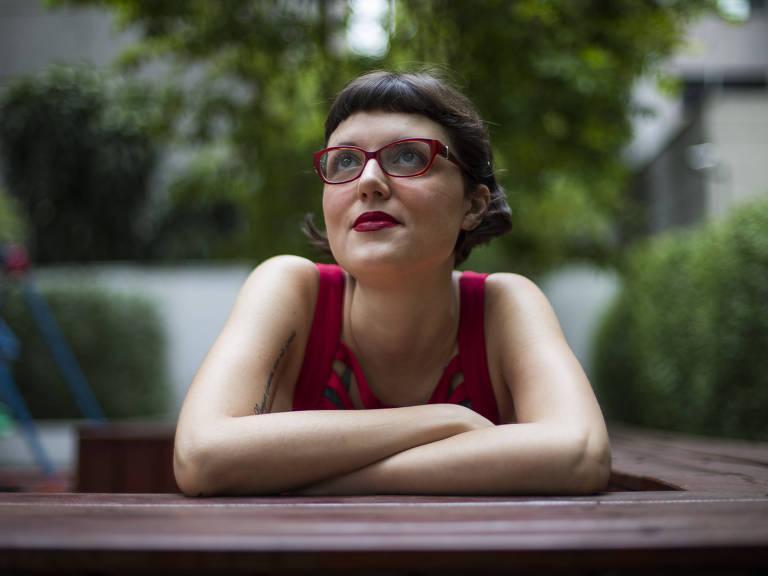 Lígia Romão, 33, vegana há oito anos, usa lista de produtos veganos que pode comprar Danilo Verpa/Folhapress