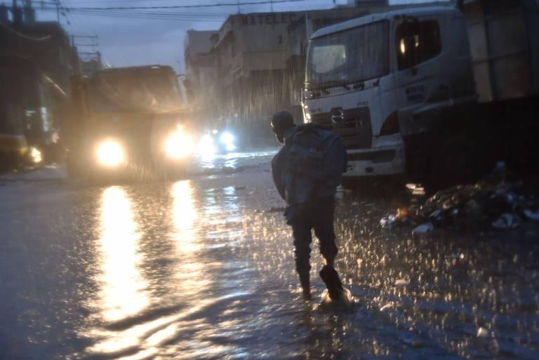 Morador de Porto Pr�ncipe, no Haiti, durante uma tempestade na cidade