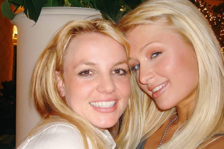 """Britney Spears e Paris Hilton em foto de 2006 e postada no Twitter; Paris disse que as duas teriam """"inventado"""" a selfie"""