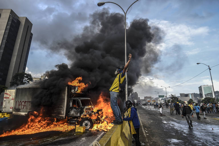 Manifestantes protestam contra o regime chavista em avenida de Caracas, na Venezuela