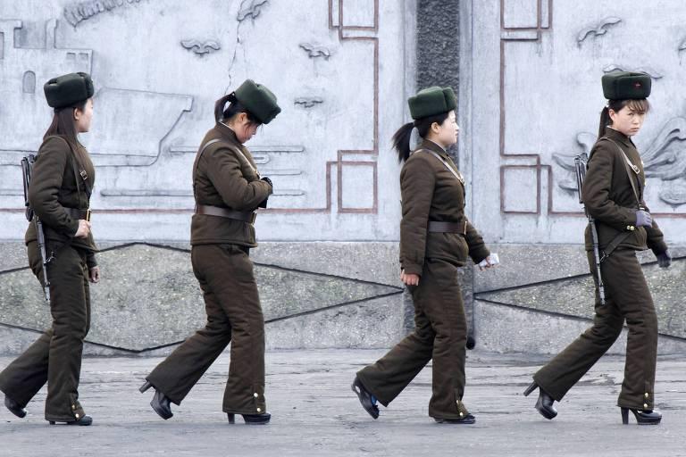 Soldados norte-coreanas patrulham ao longo do rio Yalu