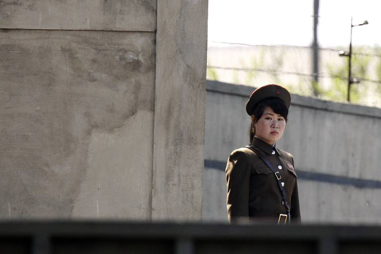 Soldado norte-coreana faz patrulha às margens do rio Yalu