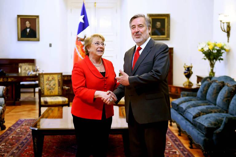 O candidato governista Alejandro Guillier cumprimenta a presidente Michelle Bachelet em encontro