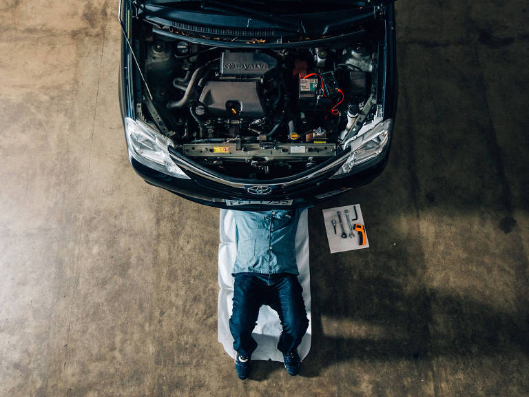 Mecânico mexe em carro – Gabriel Cabral/Folhapress