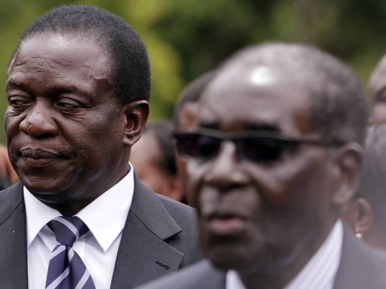 Emmerson Mnangagwa (� esq.) aparece ao lado do ditador Robert Mugabe em evento em 2014