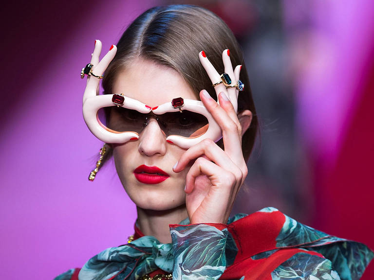 """A Dolce & Gabbana passou a investir em estética bem-humorada e fez um batalhão de blogueiras desfilarem em seus desfiles para """"millennials' – Jin Yu/Xinhua"""