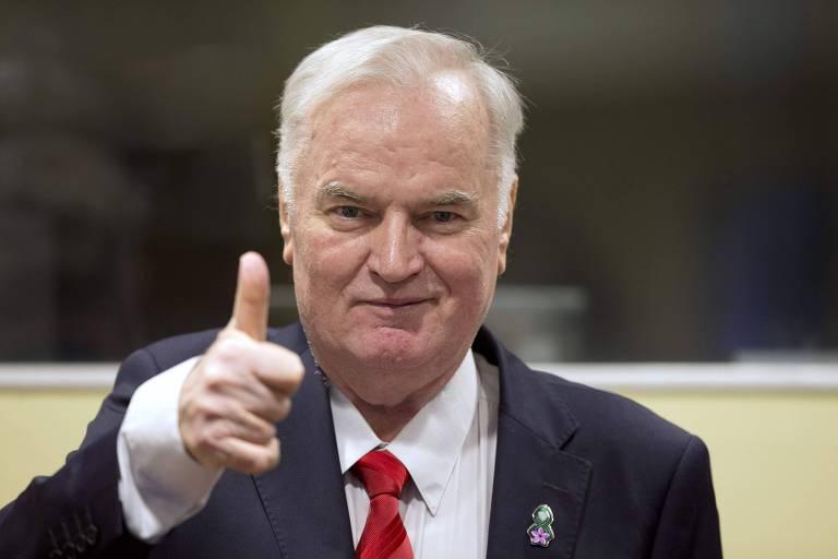 Ratko Mladic faz sinal de positivo ao chegar no tribunal