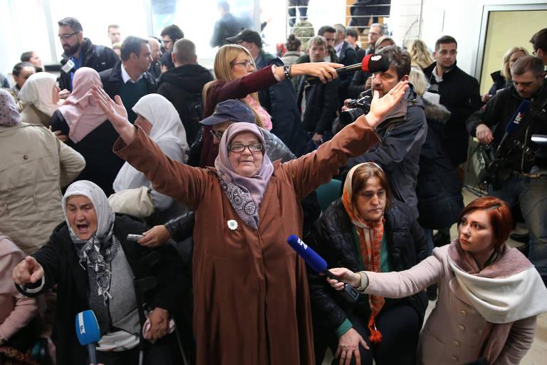Mulheres bósnias em Srebrenica comemoram ao ver pela TV a condenação de Ratko Mladic