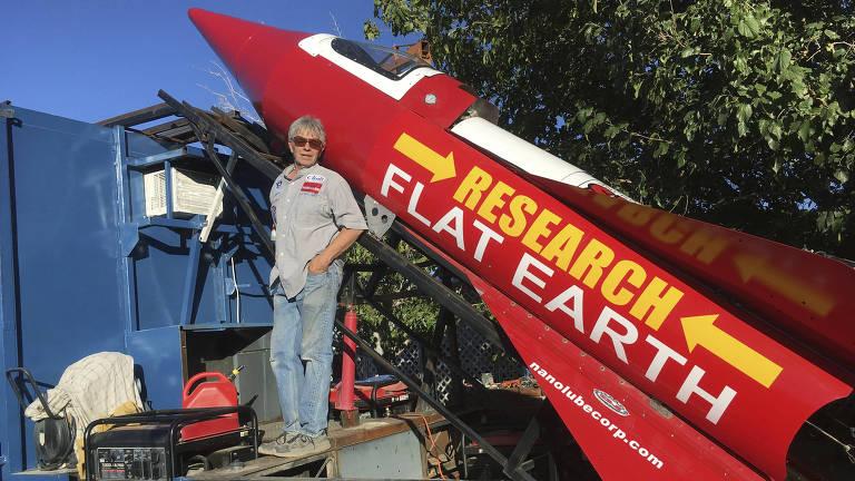 O motorista Mike Hughes com seu foguete caseiro
