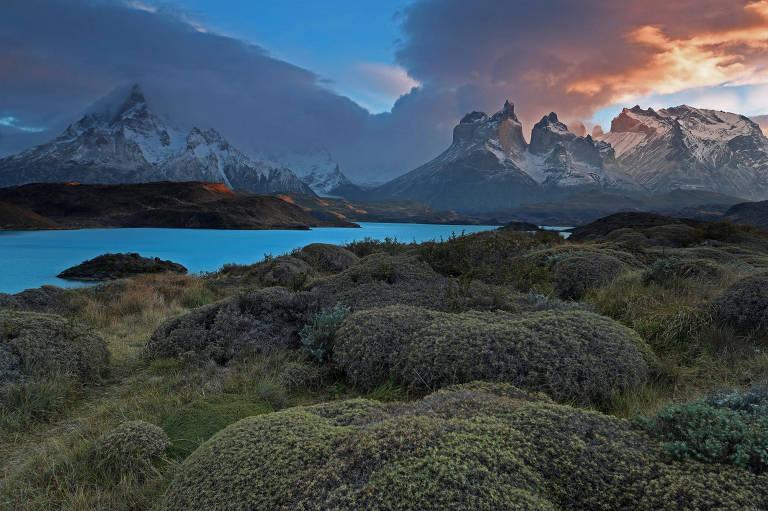 Montanhas e lago no Parque Nacional Torres del Paine, na Patagônia chilena