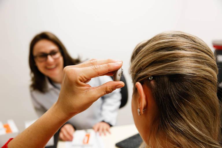 Andrea Zaninelo, 34, ajusta implante auditivo após cirurgia no Hospital das Clinicas de Ribeirão Preto