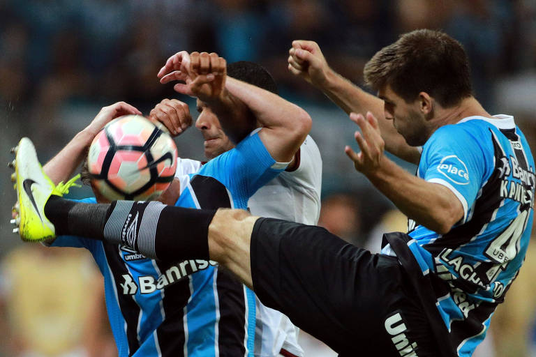 Kannemann (à dir.) em disputa de bola durante partida pela Libertadores
