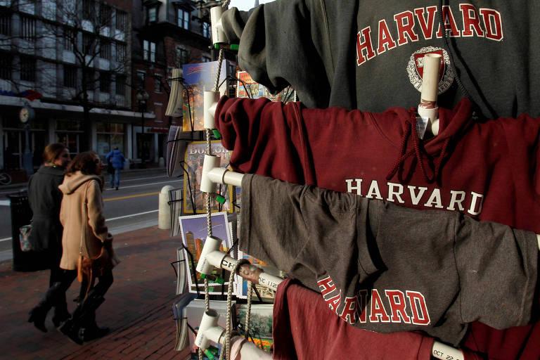 Camisetas da Universidade Harvard são vendidas em seu campus em Cambridge, na região de Boston