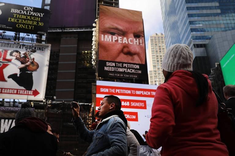 Outdoor patrocinado por democrata pede impeachment de Trump na Times Square, em Nova York