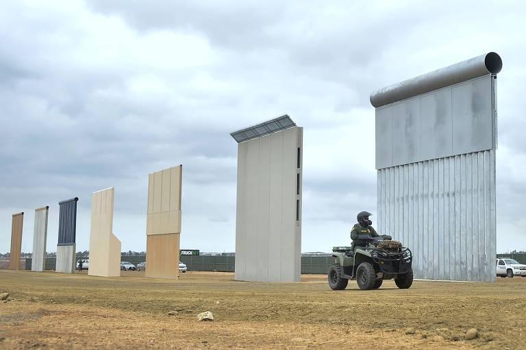 Agentes da patrulha de fronteira passam em frente a prot�tipos de muro na divisa com o M�xico