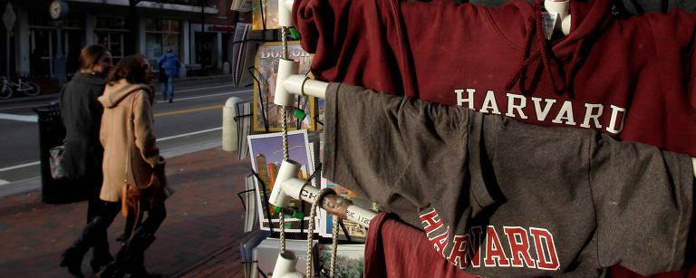 Camisetas da Universidade Harvard são vendidas em seu campus em Cambridge, na região de Boston – Jessica Rinaldi - 16.nov.2012/Reuters