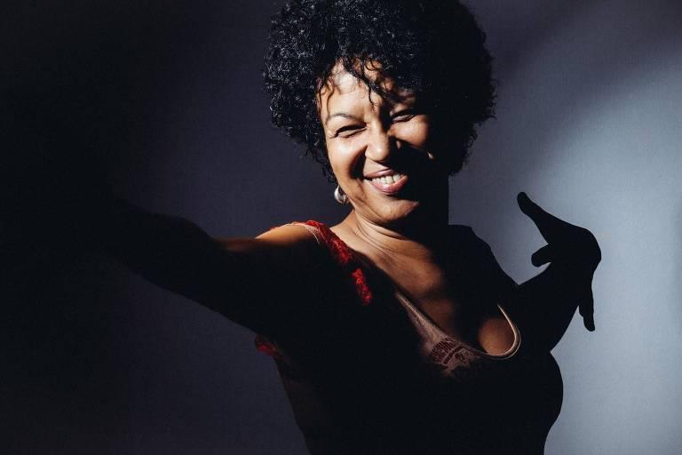 """A cantora Juçara Marçal participa do """"Black Poetry"""" declamando poemas"""