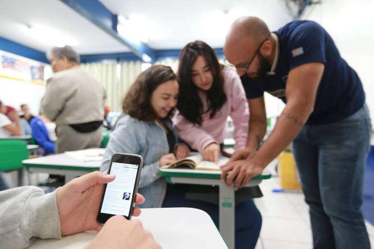 Professor com alunas na Escola Estadual Milton da Silva Rodrigues, na zona norte
