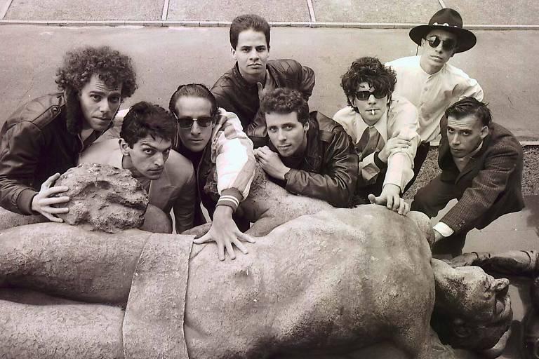 """O grupo paulistano de rock, Titãs, em fotos tiradas no Cemitério São Paulo, em Pinheiros, para reportagem sobre o lançamento do disco """"Jesus não tem dentes do país dos banguelas"""", o quarto disco da banda"""