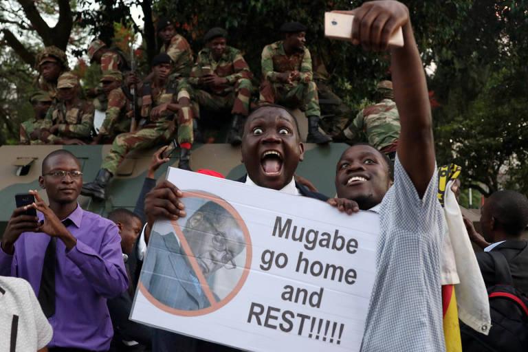 Manifestantes comemoram renúncia do ditador do Zimbábue Robert Mugabe em Harare na terça (21)
