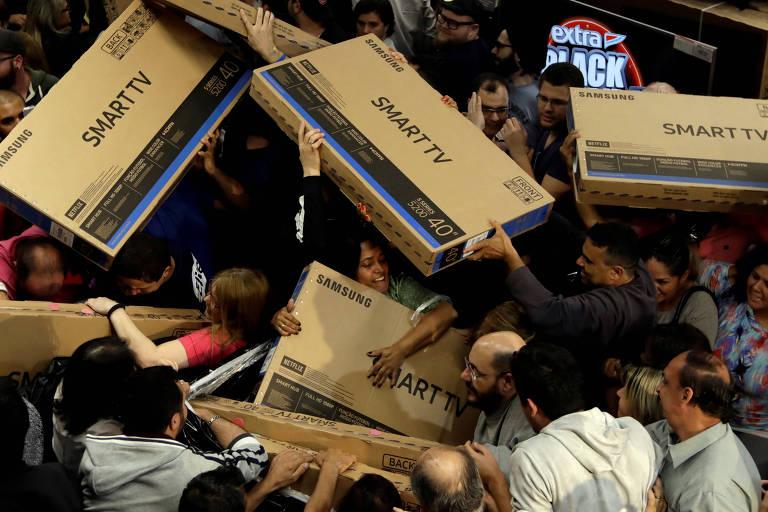 Consumidores aproveitam Black Friday em lojas abertas de madrugada ... b961abe486065