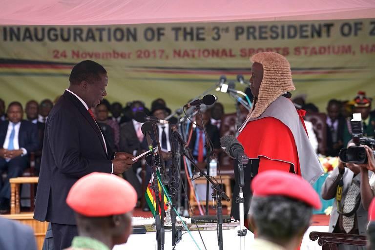 Emmerson Mnangagwa (esq.) faz o juramento para tomar posse como presidente do Zimbábue