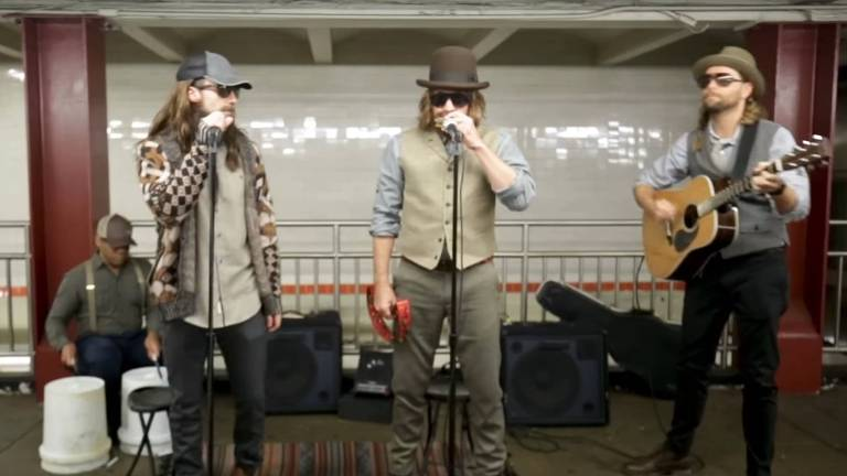Maroon 5 e Jimmy Fallon tocam no metrô de Nova York
