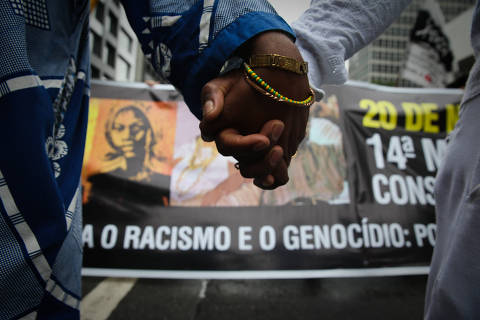 SAO PAULO/SP BRASIL. 20/11/2017 - Manifestantes fazem caminhada ate o teatro municipal na 14 Marcha no dia da Consciencia Negra na Av Paulista.(foto: Zanone Fraissat/FOLHAPRESS, COTIDIANO)***EXCLUSIVO***