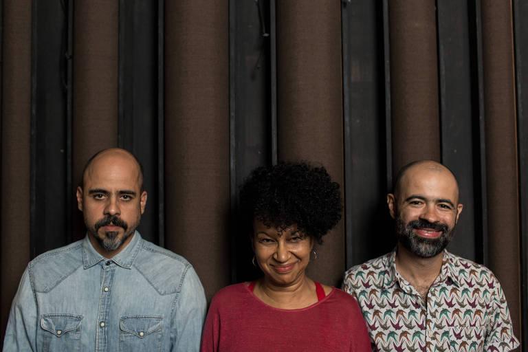 O trio Sambas do Absurdo se apresenta no Ó do Borogodó