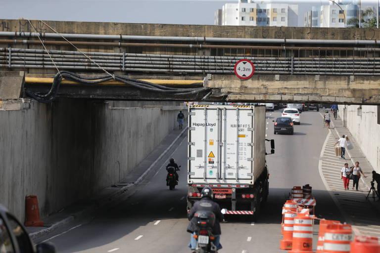 Ponte da avenida do Estado que teve parte da estrutura destruída no último domingo (19); queda de concreto matou uma juíza