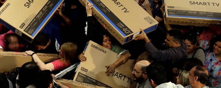 Pessoas disputam televisões em preço promocional, em loja de São Paulo – Paulo Whitaker/Reuters