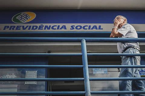 FRANCA, SP, 01.06.2015: PREVIDÊNCIA-GOVERNO - Idoso aguarda atendimento em agência da Previdência Social, no centro de Franca (SP). Governo anuncia mudanças na Previdência Social. (Foto: Igor do Vale/Folhapress)